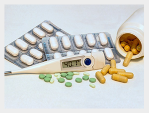 Zestaw różnych leków z termometrem