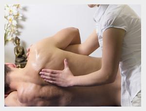 Masaż pacjenta wykonywany przez rehabiltantkę